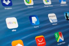 KAZAN RYSSLAND - JULI 3, 2018: Apple iPad med symboler av socialt massmedia Paypal i mitt royaltyfri bild