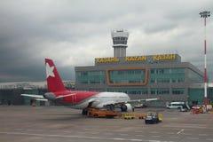 Kazan Ryssland - Juli 01, 2017: Passagerarenivå på service på flygplatsen Arkivfoto