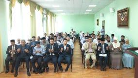 KAZAN RYSSLAND - JULI 2, 2018: Ryskt islamiskt universitet - muslimskt folk som ber på konferensen lager videofilmer