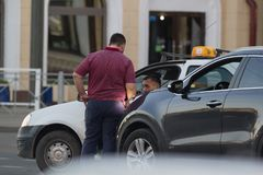 KAZAN RYSSLAND - JUNI 22, 2018: Två manliga taxichaufförer som argumenterar annan på trafikstockningen arkivbild