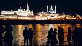 Kazan Ryssland, 12 kan 2017 - konturn som älskar par på festivalen av att sväva lyktor på Kazanka Arkivbilder