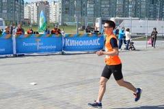KAZAN RYSSLAND - MAJ 15, 2016: maratonlöpare på mållinjen efter 42 0,85 km Royaltyfri Bild