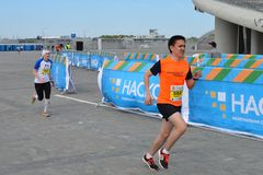 KAZAN RYSSLAND - MAJ 15, 2016: maratonlöpare på mållinjen efter 42 0,85 km Royaltyfri Foto