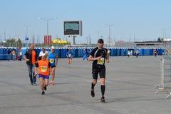 KAZAN RYSSLAND - MAJ 15, 2016: maratonlöpare på mållinjen efter 42 0,85 km Royaltyfri Fotografi