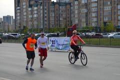 KAZAN RYSSLAND - MAJ 15, 2016: maratonlöpare på mållinjen efter 42 0,85 km Arkivfoton