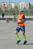 KAZAN RYSSLAND - MAJ 15, 2016: maratonlöpare på mållinjen efter 42 0,85 km Royaltyfria Bilder