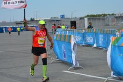 KAZAN RYSSLAND - MAJ 15, 2016: maratonlöpare på mållinjen efter 42 0,85 km Arkivbilder