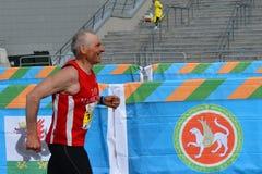 KAZAN RYSSLAND - MAJ 15, 2016: maratonlöpare på mållinjen efter 42 0,85 km Fotografering för Bildbyråer