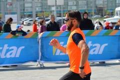KAZAN RYSSLAND - MAJ 15, 2016: maratonlöpare på mållinjen efter 42 0,85 km Arkivbild