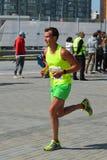 KAZAN RYSSLAND - MAJ 15, 2016: maratonlöpare på mållinjen efter 42 0,85 km Arkivfoto
