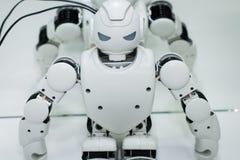 Kazan Ryssland - March2018: Liten robot med den mänskliga framsidan och kroppen - humanoid konstgjord intelligens royaltyfria foton