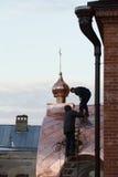 KAZAN RYSSLAND, 19 NOVEMBER 2016, Roofer för två arbetare som reparerar taket av för troende` för ortodox den gamla kyrkan i vint royaltyfri fotografi
