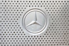 Kazan Ryssland - Oktober 28, 2017: Mercedes Benz logo på huven av konstruktionslastbilen Arkivbilder