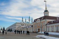 Kazan Ryssland - 23 02 2016: Republik av Tatarstana Sikt av den Kazan Kreml med den Qolsharif moskén i mitten arkivfoton