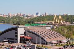 Kazan, Tatarstan Rosja, Maj, - 26, 2018: Pałac pojedynczy walki ` Ak Zakazuje `, Bridżowego ` milenium ` i miasto, Zdjęcia Royalty Free
