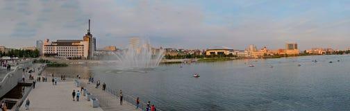 Kazan, Tatarstan Rosja, Maj, - 29, 2019: Panoramiczny widok jezioro, bulwar i fontanna Niscy Kaban, obrazy stock