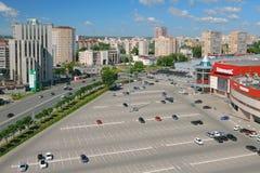 Kazan, Tatarstan, Russia - 21 giugno 2018: Parcheggio dell'automobile al centro commerciale ed alla città Immagini Stock