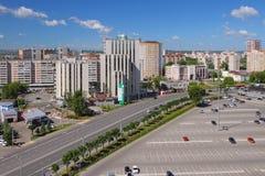 Kazan, Tatarstan, Russia - 21 giugno 2018: Parcheggio della città, della strada transitabile e dell'automobile Immagine Stock Libera da Diritti