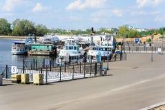 Kazan, Tatarstan/Russia - 10 maggio 2019: Porto fluviale di Kazan L'accumulazione delle navi sullo stesso pilastro Inizi a spedir immagine stock