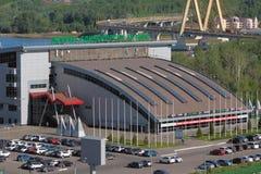 Kazan, Tatarstan, Russie - 26 mai 2018 : Le palais du ` simple Ak de combats barre le pont en ` et en automobile Photographie stock libre de droits
