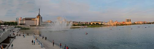 Kazan Tatarstan, Ryssland - Maj 29, 2019: Panoramautsikt av den lägre Kaban sjön, invallningen och springbrunnen arkivbilder