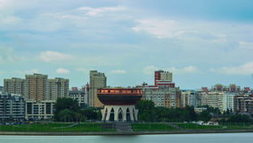 Kazan van het Timelapsepanorama Stad achter Kalme Rivier stock video