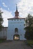 Kazanskaya tornKirillo-Belozersky kloster, Vologda region, Ryssland Arkivbild