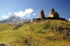 Kazbeg Berg und heilige Dreiheit-Kirche stockbild
