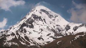 Kazbegi, Georgia Pico del soporte Kazbek cubierto con nieve Kazbek es un Stratovolcano y el que está de Major Mountains Of almacen de metraje de vídeo