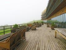 Kazbegi, Georgia Terrasse mit Blick auf die Berge stockbilder