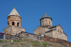 Kazbegi (Stepantsminda), Geórgia - a igreja de trinity fotos de stock royalty free