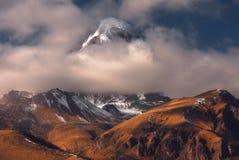 Kazbek山秋天视图在乔治亚 免版税库存图片