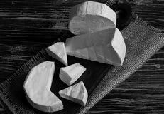 Kazen op een houten raad op de textuur van jute, vrije ruimte voor tekst, daglicht, hoogste mening, zwart-wit schot Stock Afbeelding