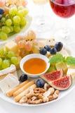 Kazen, verse vruchten, wijn en snacks op verticale plaat, Royalty-vrije Stock Afbeeldingen