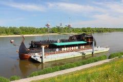Kazimierz Dolny da tne il Vistola, Polonia Costa Luminosa della nave da crociera Immagini Stock Libere da Diritti