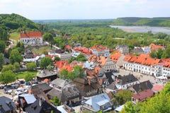 Kazimierz Dolny door de rivier van tnevistula (Polen) - landschap van drie kruisenheuvel Stock Foto's