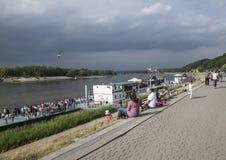 Kazimierz Dolny, Polônia - Vistula River/refrigeração dos povos Foto de Stock Royalty Free