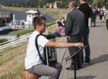 Kazimierz Dolny, Polen - door de rivier/de speelmuziek royalty-vrije stock fotografie