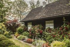 Kazimierz Dolny Polen - ett gammal hus/vit stänger med fönsterluckor Arkivbild