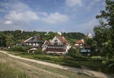 Kazimierz Dolny, Polonia - casas en el verde Imágenes de archivo libres de regalías