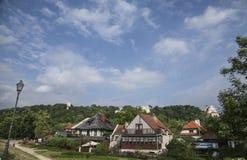 Kazimierz Dolny, Polonia - casas en el verde/los posts de la lámpara Fotografía de archivo libre de regalías