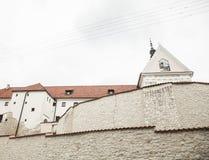 Kazimierz Dolny, Polonia - una chiesa contro il cielo luminoso fotografie stock libere da diritti