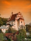 Kazimierz Parish Church Fara på solnedgången Royaltyfri Fotografi