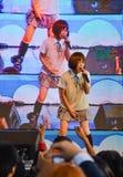 Kazumi van Sony Music voert levend overleg in eenvormige school uit, Stock Fotografie
