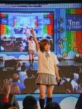 Kazumi van Sony Music voert levend overleg in eenvormige school uit, Stock Foto