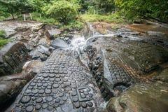 Kbal Spean vattenfall gåtastället av forntida en khmervälde i Siem Reap, Cambodja Fotografering för Bildbyråer