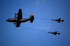 KC-130, das zwei F-5 betankt Lizenzfreie Stockfotos