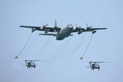 Kc-130 tactische tanker met twee helikopters Stock Afbeelding