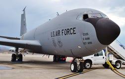KC-135 Stratotanker som tankar flygplanet Royaltyfri Foto