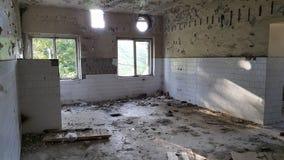 Küche des ruinierten Hotels mit Toilettenbürste Stockfotos
